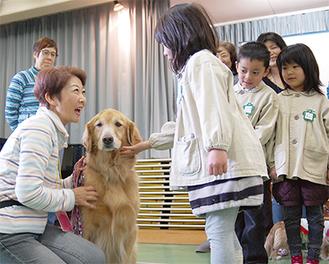 飼い主の手ほどきをうけながら犬との接し方を学ぶ園児ら。「犬も人間と同じで感情がある。正しい接し方を広めていけたら」(佐竹代表)