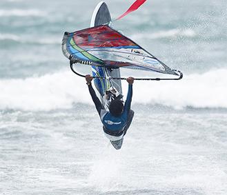 「水上のフィギュアスケート」とも例えられるダイナミックな演技