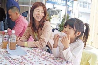 横浜市在住の三代川奈々華ちゃん(5)はドーナツがお気に入りの様子。「これ美味しいね」とペロリ