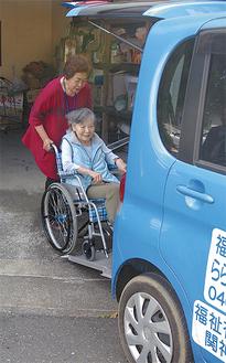 利用者を福祉車両で送迎する「らら・むーぶ逗子葉山」のメンバー