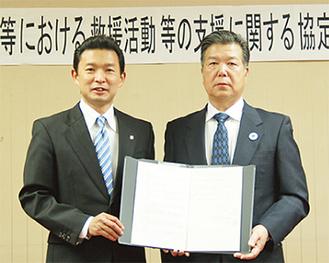 協定書を交わす平井市長(左)と竹山理事長(右)