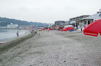 3連休初日も人出はまばらで閑散とする砂浜(=19日、逗子海岸)