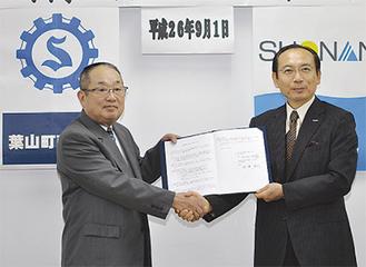 覚書を交わす柳会長(左)と石渡理事長