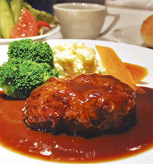 看板メニューは「キトリハンバーグ」。サラダ、スープ、自家製パン、コーヒー付で1500円(税込)