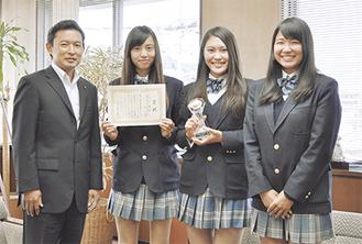 平井市長に優勝を報告した(左から)山崎さん、三浦さん、一柳さん(19日、市役所)
