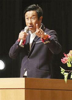 自らの体験を交え教育論を話す宮本さん