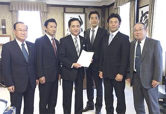 黒岩知事(左から3番目)に要望書を手渡した関係者ら
