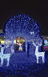 クリスマスツリーやトナカイなどが駅前広場を演出している