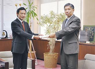 丸井局長(右)から許可証を受け取る平井市長(=11月27日、逗子市役所)