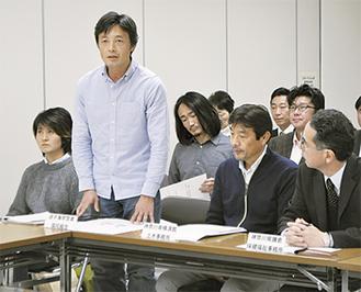 冒頭、参加者にあいさつする原理事長(左から2番目)