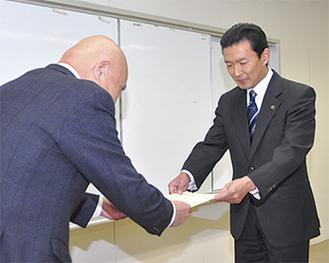 当選証書を受け取る平井氏(=15日、逗子市役所)