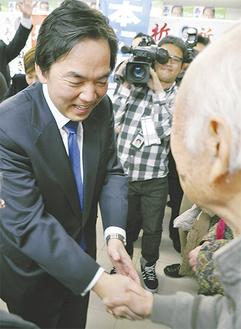 小選挙区での当確を受け、支援者と握手を交わす浅尾氏(=14日午後8時30分頃、逗子市の事務所)