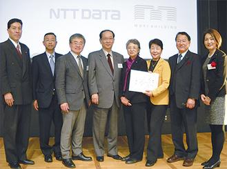授賞式で北川正恭審査委員長(左から4番目)と江藤俊昭審査員(同3番目)を囲むZAIKENメンバーら