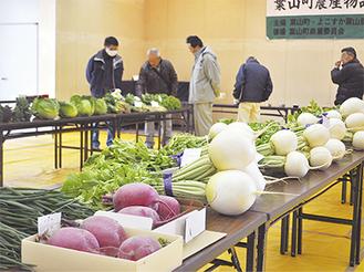 大根やネギ、白菜など新鮮な野菜が並んだ(=8日、福祉文化会館)