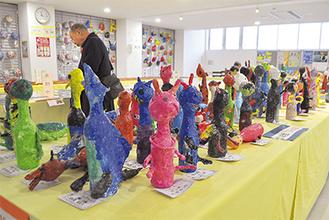 葉山小3年生が作った色とりどりの「びん人形」(=22日、町教育総合センター)
