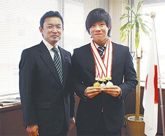 メダルを手にする鈴木さん(右)