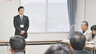 検討会の参加者に現状の考えを説明する平井市長(=19日、市役所)