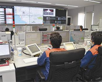 共同運用する消防指令センター内の様子(=横須賀消防局内)。開始式では通報から出場までのデモンストレーションも行われた