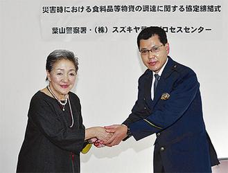 握手する中村社長(左)と泉山署長