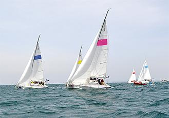 強風の中、巧みにヨットを操つる大使館のメンバーら(=18日、葉山マリーナ沖)