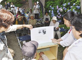 地域サポーターや民生委員らによる上演に見入った(=24日、桜山公園)