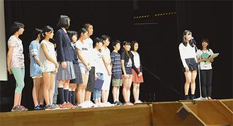 長崎派遣で体験したことを報告する中学2年生の「ピースメッセンジャー」(=8月29日、逗子文化プラザホール)