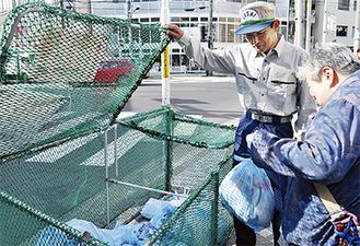 導入初日、ごみステーションで立会指導する平井市長(=1日、逗子1丁目)