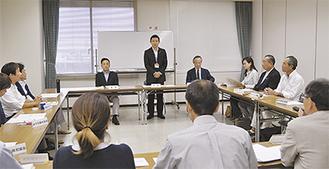 検討会の冒頭であいさつする平井市長(写真中央)(=5日、逗子市役所)