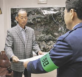 泉山署長から表彰状を受け取る石井さん(左)(=16日、葉山署)