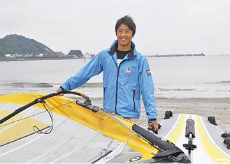 世界選手権を前に意気込みを語る池田さん(=17日、逗子海岸)
