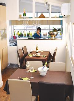 白を基調にした明るいラウンジ。グラスワインは500円〜。ワインに合う軽食も提供する