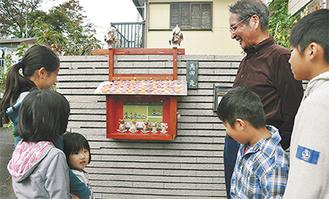 500回目の「ニューフェイス」を囲む角田さんと子どもら=10月31日、堀内の角田さん宅前で=