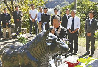 慰霊碑の前で行われた牛供養の様子。自民党の農林部会長に就任した小泉進次郎氏も駆け付けた(写真後列右から4番目)=10月28日、新善光寺