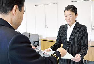 高梨消防長から感謝状を受け取る代表の加藤さん(=12日、葉山町消防本部)
