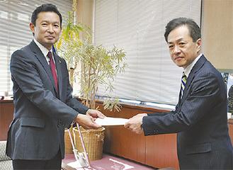 平井市長に報告書を提出する三宅座長(写真右)