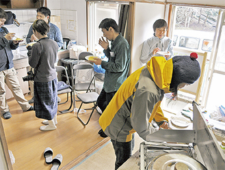 「アウトドアと防災」をテーマに行われた、旧野外活動センターでのワークショップの様子(=14日、桜山)
