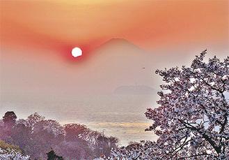 グランプリを受賞した「春の夕暮れ富士」(岸野浩平さん撮影)