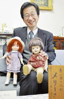 日米友好の証として贈られた「メリーさん」(右)と「キャサリンちゃん」を紹介する中世校長(=19日、葉山小学校)