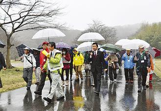 見守りサポーターらとともに公園内を散策する平井市長(写真中央)