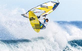 豪快なジャンプを披露する杉君(=2015年11月、ハワイマウイ島/父・純太郎さん提供)