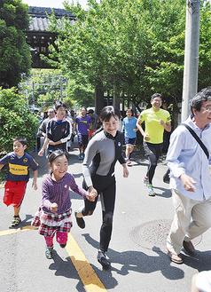 子どもと一緒に高台のゴールへと走る参加者(=15日、久木/法性寺)