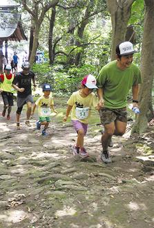 保護者とともに元気に山道を走る子どもランナー(=18日、神武寺山道)