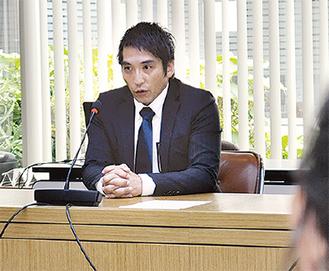 町議らの質疑に答える細川氏(=20日、町役場)