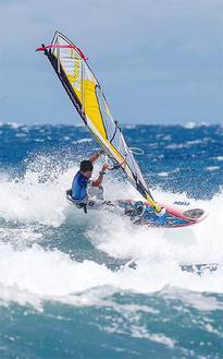 セールとボードを巧みに操る杉君(=スペイン・グランカナリア島)©CARTER/PWRWORDTOUR.com