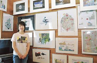 カラフルな色片を使った切り絵を紹介する頴川さん(=9日、逗子の自宅で)
