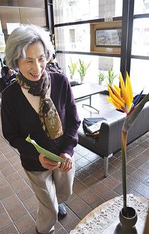 ロビーの一角で花を生ける渡部さん(=11日、逗子市役所)