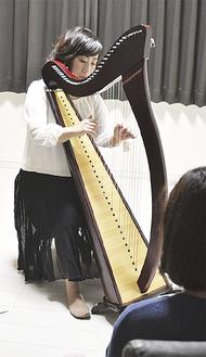 アイリッシュハープを演奏する古山さん(=7日、逗子)