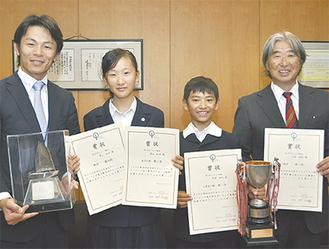 山梨町長を訪問し、成績を報告した青山選手(左から2番目)と大澤選手(同3番目)(=5日、町長室)