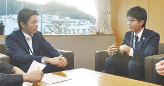 山梨町長に派遣を報告する長谷部さん(右)=町長室
