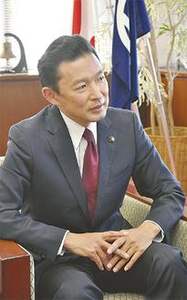 インタビューに応じる平井市長